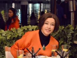 刘晓庆穿橙色外衣 翡翠抢镜