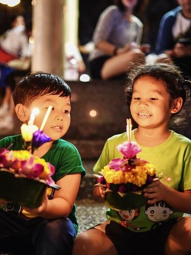 泰国庆祝浪漫水灯节