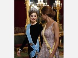 西班牙王后阿根廷第一夫人着粉装同台比美