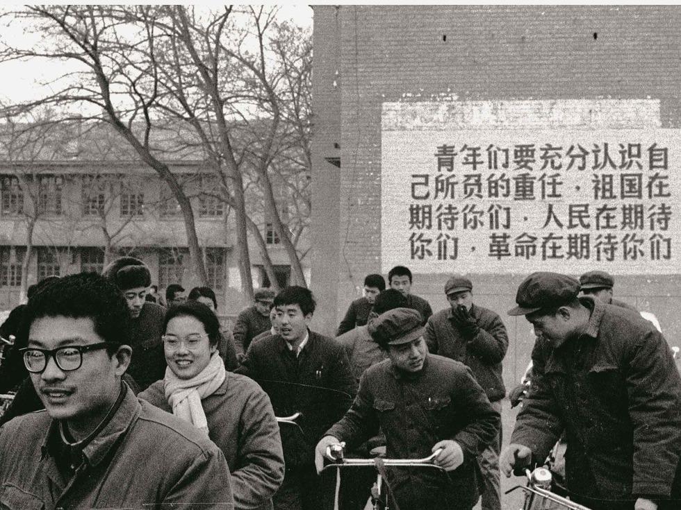 """中国在结束了十年""""文革""""动乱后,十年中积压下来的570多万二三十岁的青壮年男女,从车间、从农田、从军营……走进了改变自己和国家命运的考场。图为北京五中参加高考的学生。"""