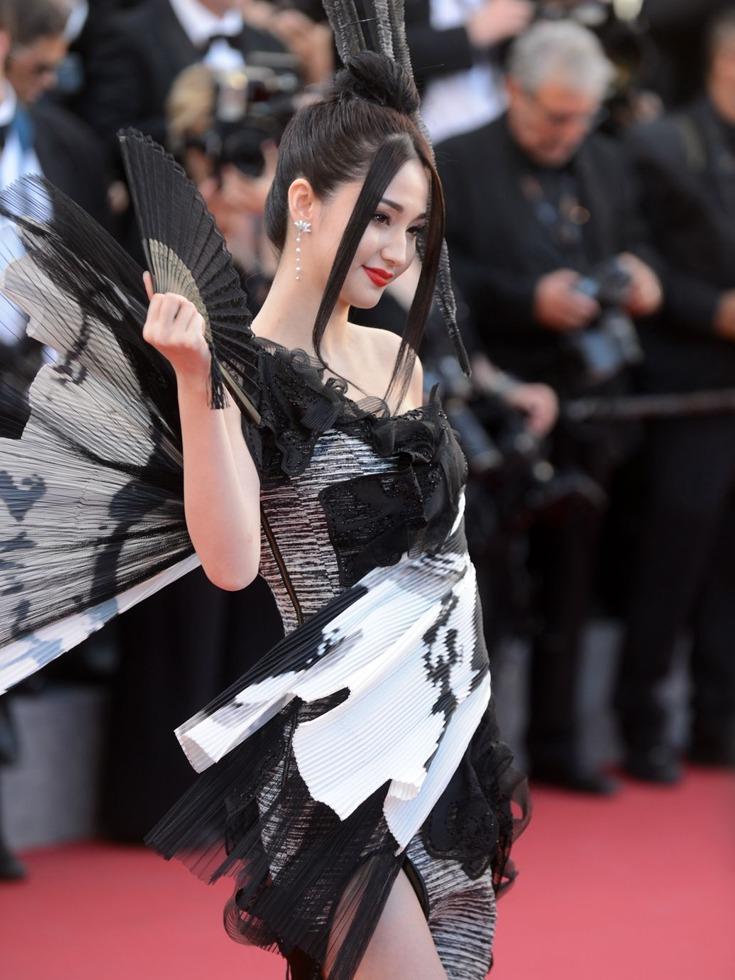 """据悉,2011年,蓝燕主演香港三级电影《3D肉蒲团之极乐宝鉴》获得了""""3D女神""""的称号。图为戛纳红毯上的蓝燕。(图源:VCG)"""