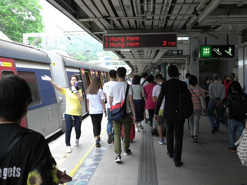 从全球范围来看,地铁亏损都是常态。但是在香港,港铁公司却是全球少数几个实现盈利的城市地铁公司之一,不仅不需要政府补贴,反而能够盈利。图为一位工作人员在指引乘客换乘。(图源:VCG)