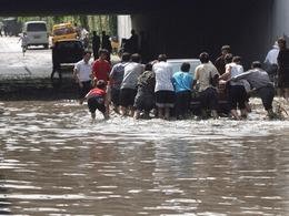游泳划船骑摩的:那些年北京下过的大雨[图]
