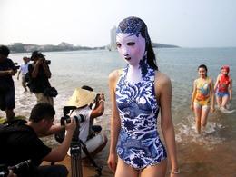 脸基尼美女亮相青岛海滩