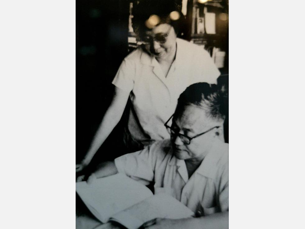 2005年10月17日,中国文学大师巴金在上海病逝。11月25日,根据巴金生前遗愿,他的骨灰与夫人萧珊的骨灰混合在一起,撒入东海长江口。(图源:VCG)
