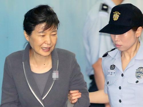 朴槿惠受审露罕见笑脸与狱警聊天[图]
