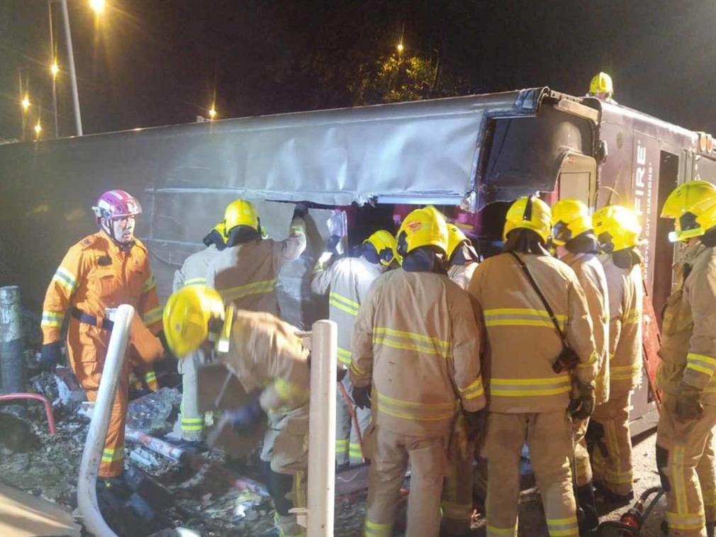 大批救援人员前往现场救援