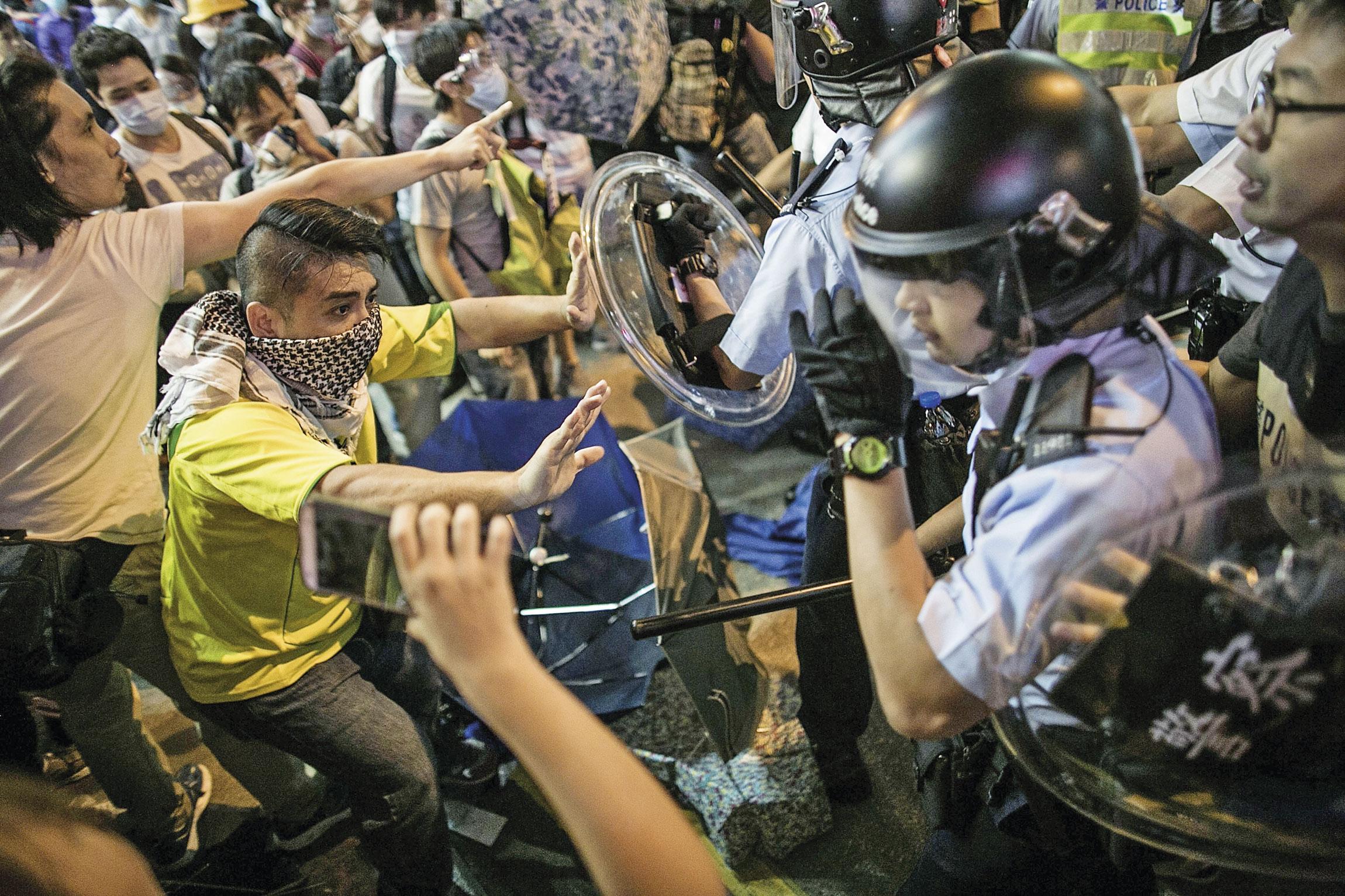 梁振英在2014年佔中期間的強硬風格,一直備受爭議。圖為當時抗議者和警方的對峙場景。
